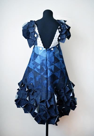 Back of short blue dress, plunging back line